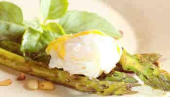 Huevos escalfados franceses en salsa de vino tinto