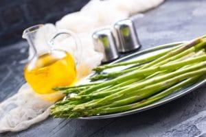 Receta de huevo y espárragos verdes asados