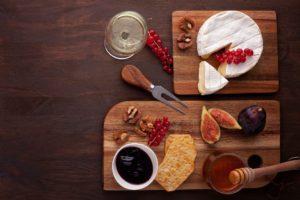 Cómo hacer una tabla de quesos franceses