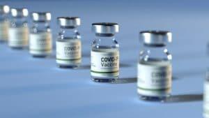 Macron hace obligatoria la vacunación para el personal de la salud y amplía el pase sanitario