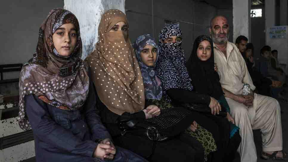 Dan clases de idiomas a refugiados afganos